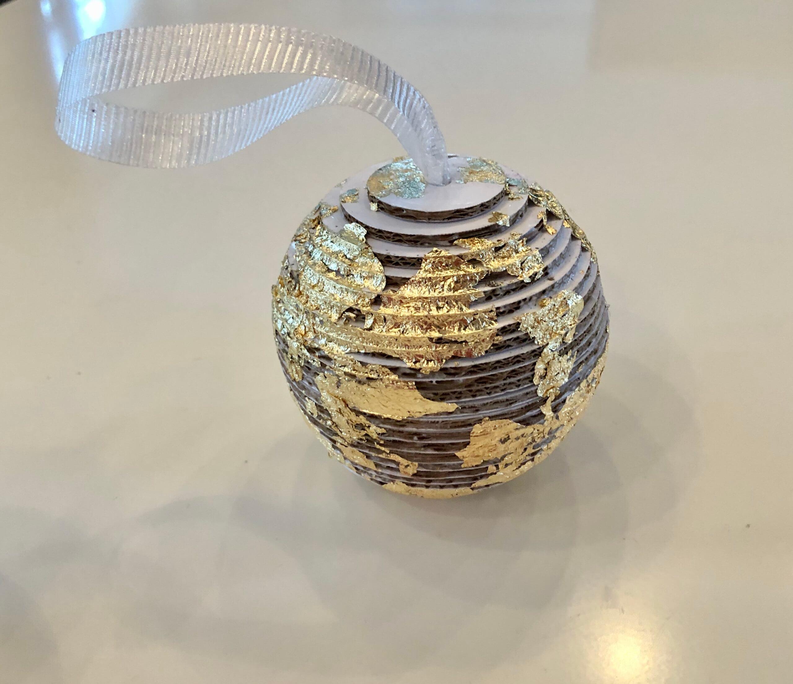 création en carton:kit boule de noel dorée